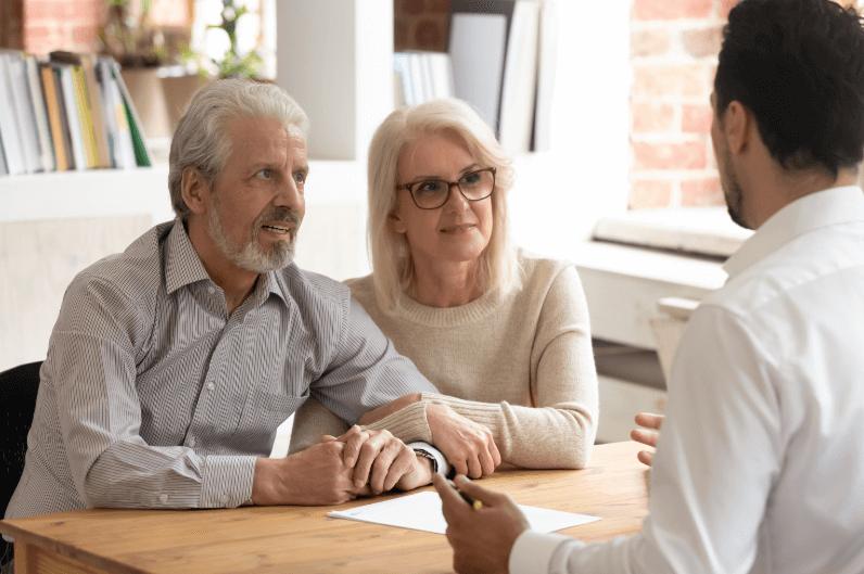 Aelteres Ehepaar laesst sich zur Pflege beraten