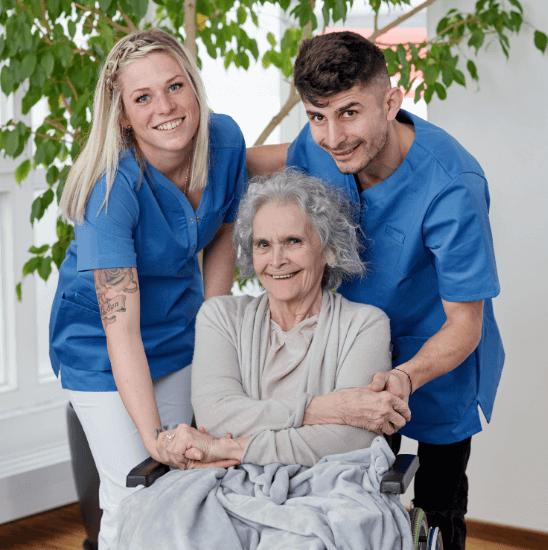 Pfleger halten die Hand einer Frau