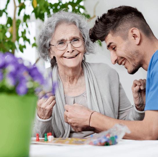 Pflegefachmann spielt Gesellschaftsspiel mit Frau
