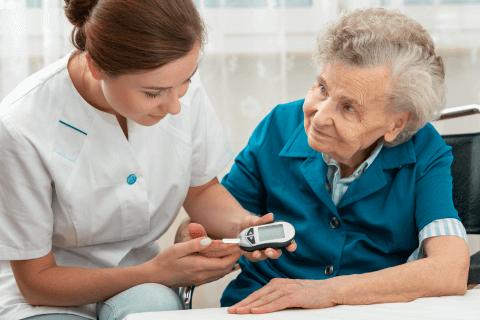 Pflegerin nimmt medizinische Behandlungspflege vor